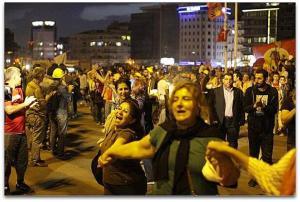 Taksim Gezi Parkı mevresinde Anneler zinciri