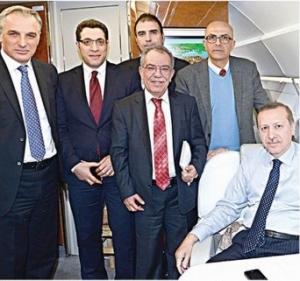 Akit 08 Şubat 2013 baskısında gazetenin kalamşörlerinden Hsan Karakaya Başbakan Erdoğan'nın makam uçağında davetli olarak yer aldı